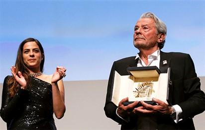 مهرجان كان يهدي آلان دولون سعفة ذهبية تكريماً لمسيرته