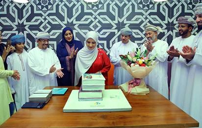 استقبال رسمي للكاتبة جوخة الحارثي في مطار مسقط بعد فوزها بجائزة مان بوكر