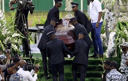 You are currently viewing Ivory Coast bids singer DJ Arafat farewell, fans open his coffin