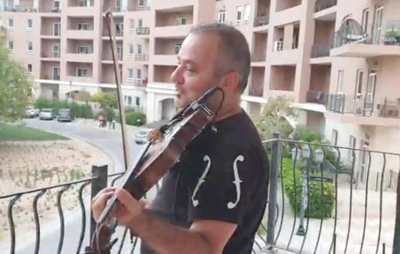 الموسيقار محمد حمامي يحول شرفة منزله إلى مسرح في زمن الكورونا