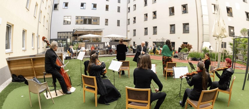 You are currently viewing Opera returns to Vienna with hotel 'window concert'