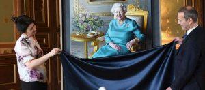 الملكة إليزابيث تشاهد إزاحة الستار عن صورة لها في وزارة الخارجية البريطانية
