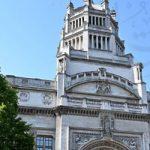 اللمسات الأخيرة لإعادة افتتاح متحف فيكتوريا وألبرت فى لندن بعد شهور إغلاق كورونا